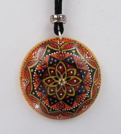 Collana mandala con ciondolo rotondo in legno dipinto a mano