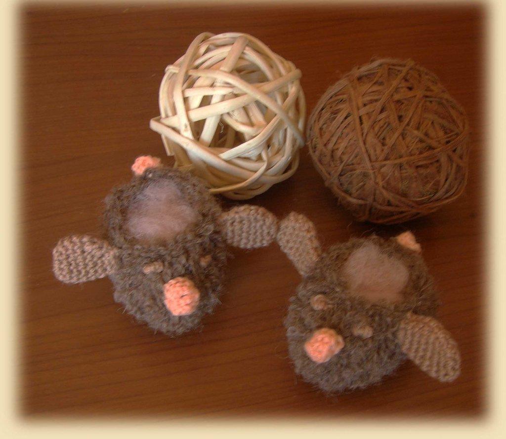 Scarpine animaletto realizzate in lana bouclè beige ai ferri