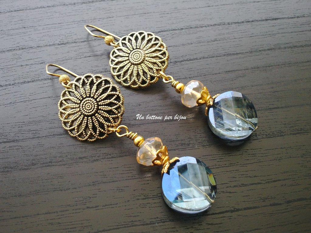 Orecchini con bottoni vintage in metallo dorato brunito con fiore in rilievo e cristalli
