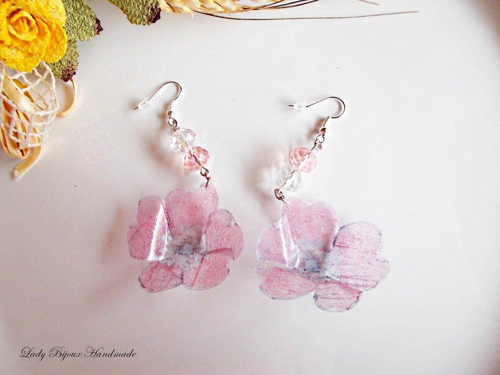 Orecchini pendenti con fiori rosa realizzati con la tecnica del Sospeso Trasparente