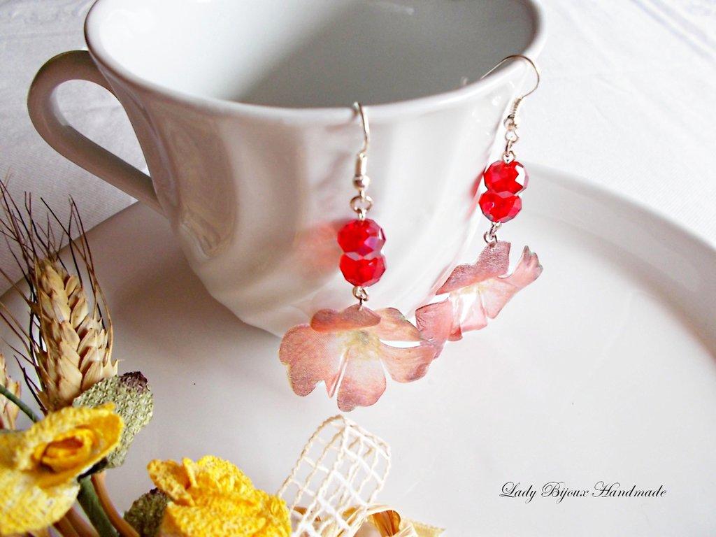 Orecchini pendenti con fiori rossi realizzati con la tecnica del Sospeso Trasparente