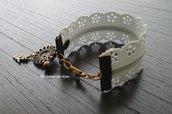 Bracciale cerniera effetto pizzo con bottone d'epoca in bronzo a forma di fiore e ciondolo a forma di streghetta