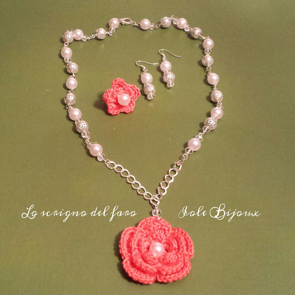 Collana fiore uncinetto rosa corallo con anello e orecchini abbinati