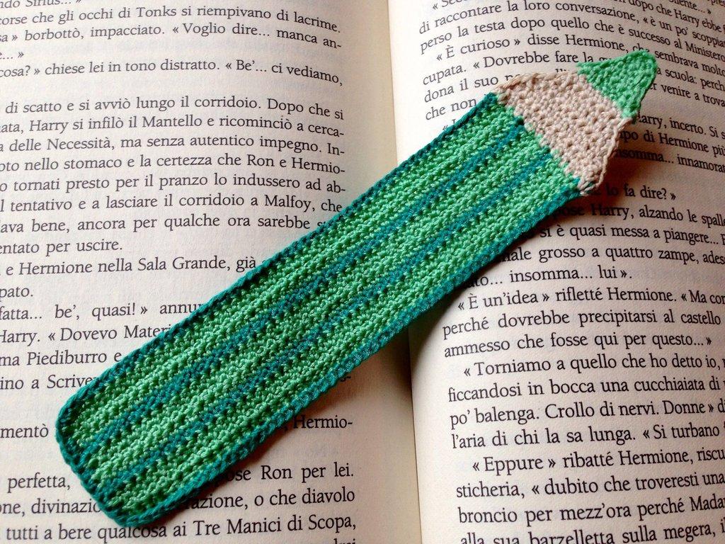 Segnalibro matita verde fatta a mano all'uncinetto per amanti dei libri o per la scuola
