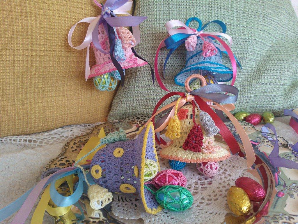 Campana Pasqua ad uncinetto con ovetti