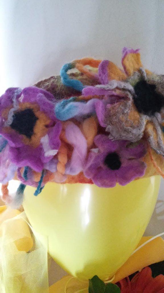 cappello con fiori creazione in lana cardata