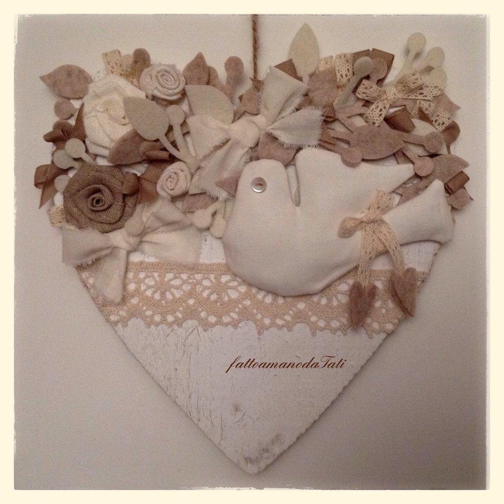 Cuore in legno con colomba in misto lino bianco