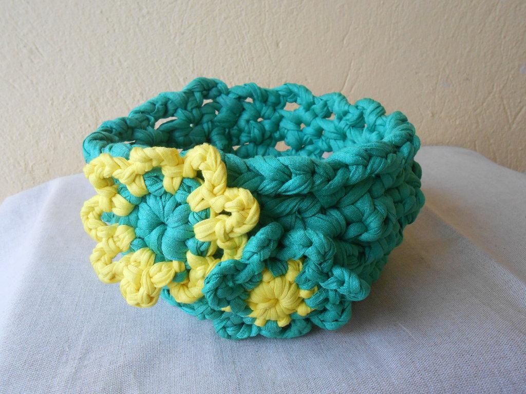 Cestino portatutto in fettuccia verde con fiori crochet gialli, idea regalo.