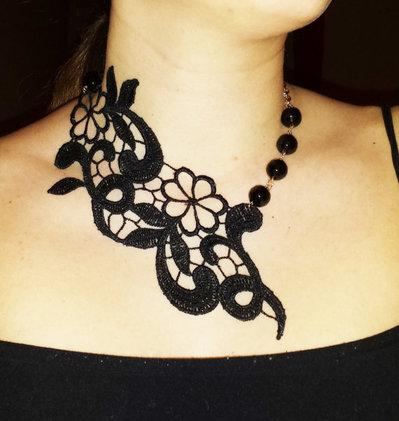 Collana in macramè e perle nere con motivo floreale