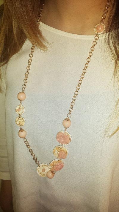Collana stampata in 3d rifinita con pizzo e perle rosa