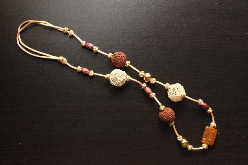Collana realizzata a mano con nodi cinesi portafortuna e perle ad uncinetto marroni e perle in legno
