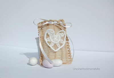 Bomboniera matrimonio: sacchettino elegante con cuore a forcella ed uncinetto  -  in bianco ed ecru