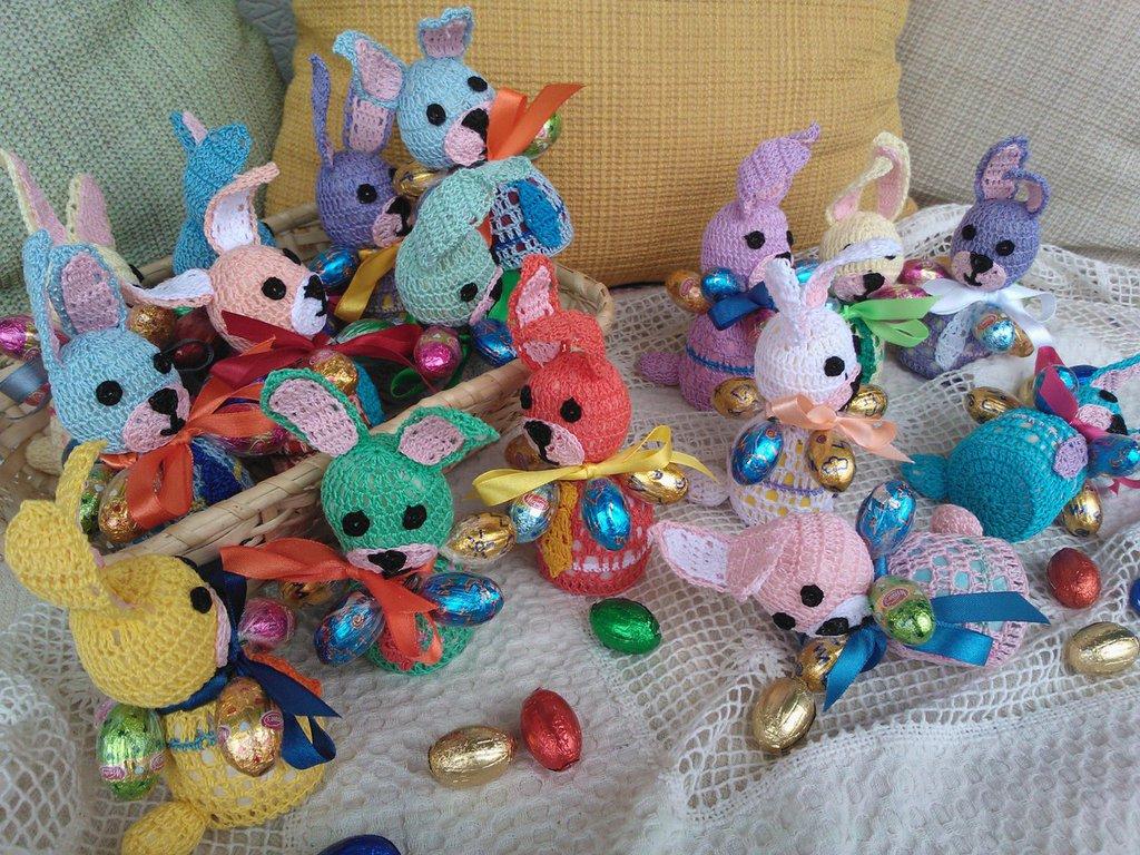 Coniglietto di Pasqua ad uncinetto e ovetti.