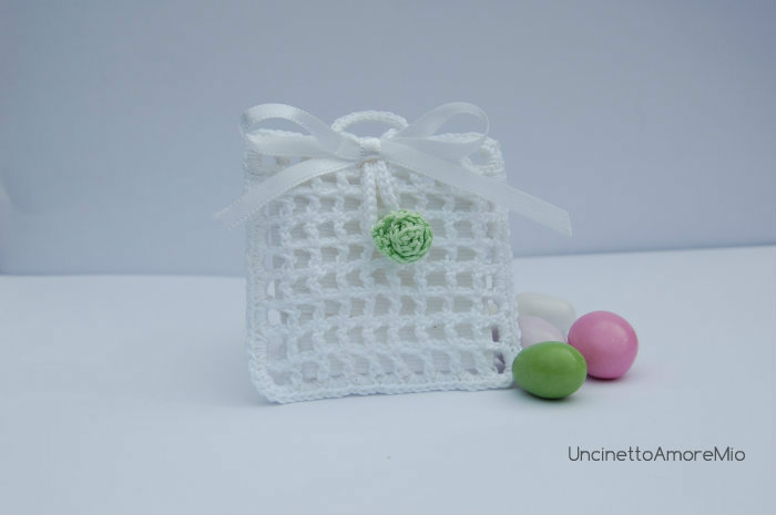 Bomboniera sacchettino portaconfetti quadrato con bottoncino - bocciolo di rosa   per matrimonio, nascita, battesimo e comunione