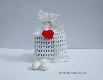 Bomboniera matrimonio ad uncinetto - sacchettino portaconfetti con cuoricino rosso alato