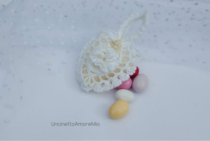 Bomboniera matrimonio ad uncinetto: sacchettino portaconfetti a forma di cuore  con fiore