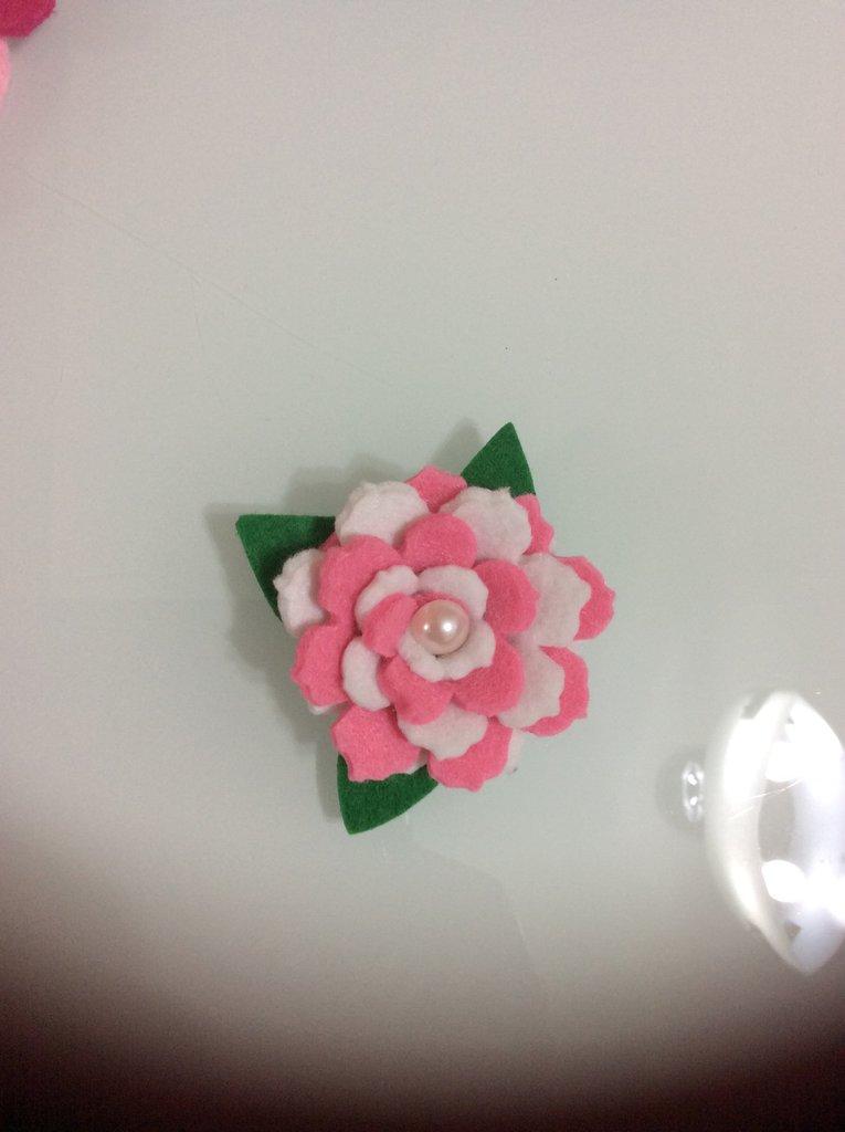 Bomboniera Calamità Rosa bicolore in feltro fatta a mano