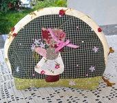 trousse -borsellino bambolina Sue con fiori su fondo verde
