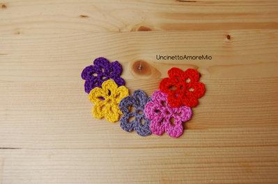 5 fiori ad uncinetto in grigio, rosa, giallo, arancione e viola - decorazioni primavera - per feste e compleanni, applicazioni su accessori e abiti