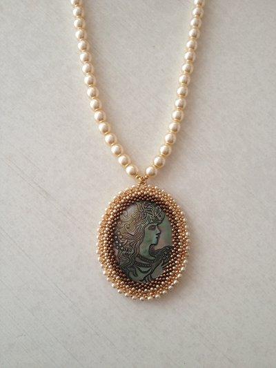 Collana di perle con cammeo realizzato a mano con perline