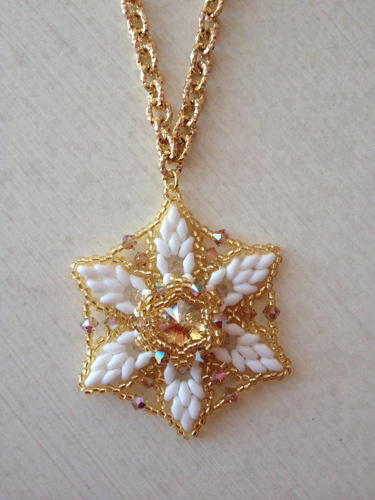 Collana a stella di perline e swarovski,bianca e oro
