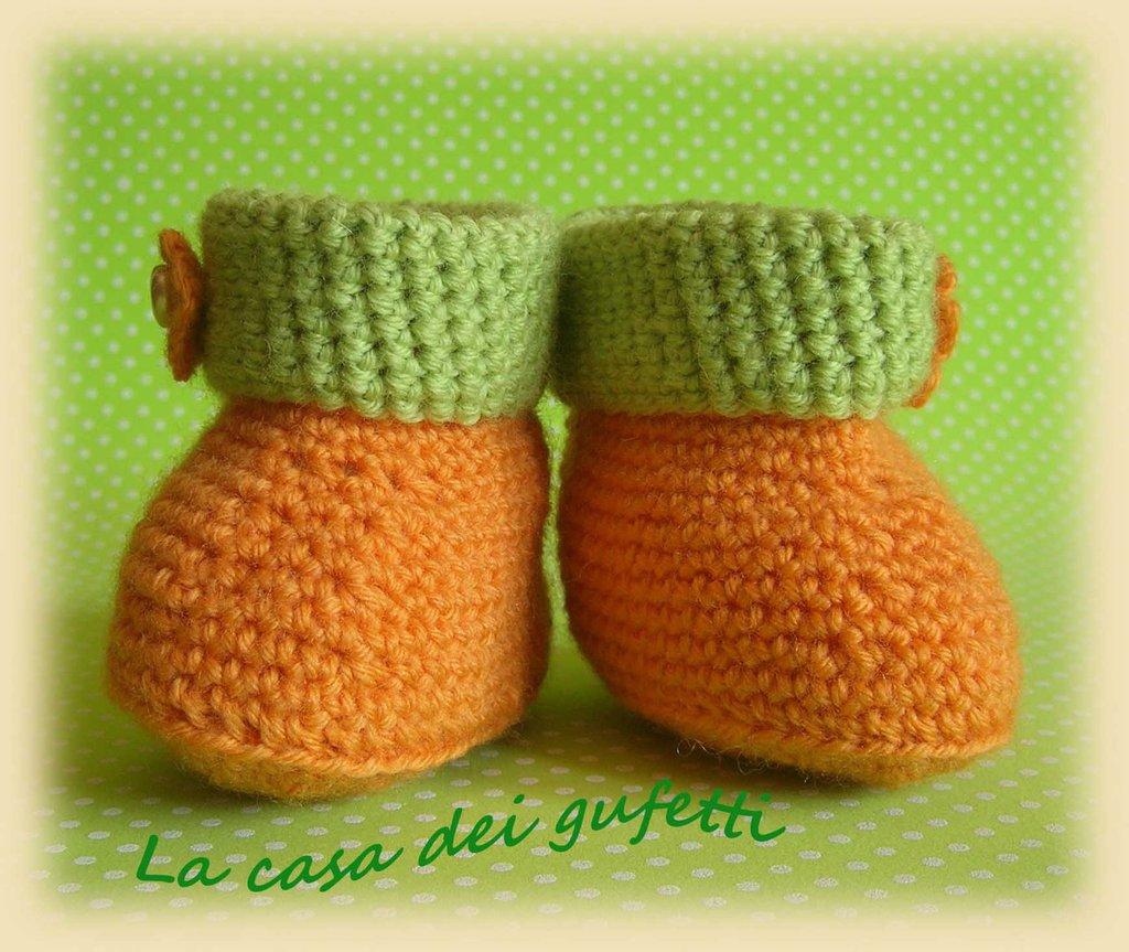 Scarpine arancione e verdi con fiorellino e perlina a cuore