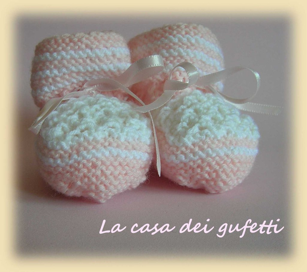 Scarpina bianca e rosa con fiocchetti di raso realizzata ai ferri