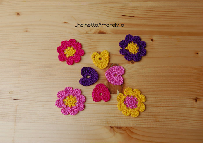 4 cuori + 4 fiori ad uncinetto in viola, rosa fucsia e giallo - decorazioni primavera - per feste e compleanni, applicazioni su accessori e abiti