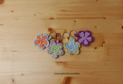Portachiavi fiore ad uncinetto in colori pastello primaverili - regalo - gadget o bomboniera nascita, battesimo