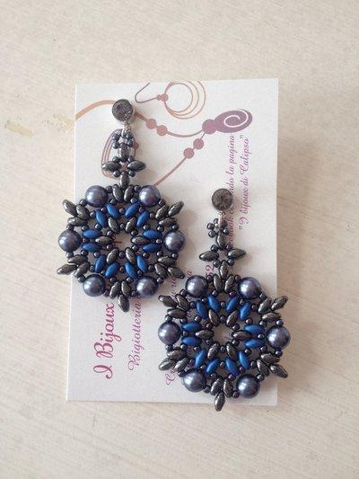 Orecchini con perline artigianali con perle grigie