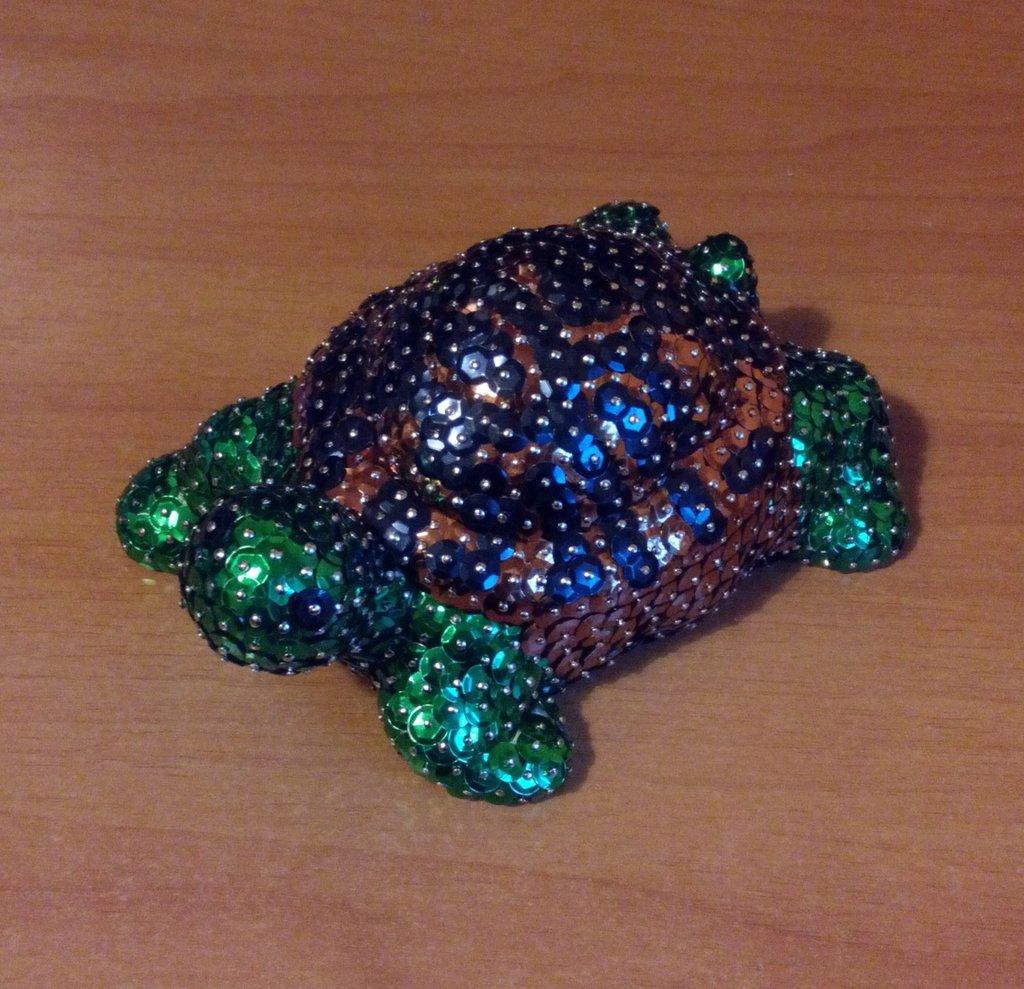 Tartaruga piccola con guscio a macchie irregolari