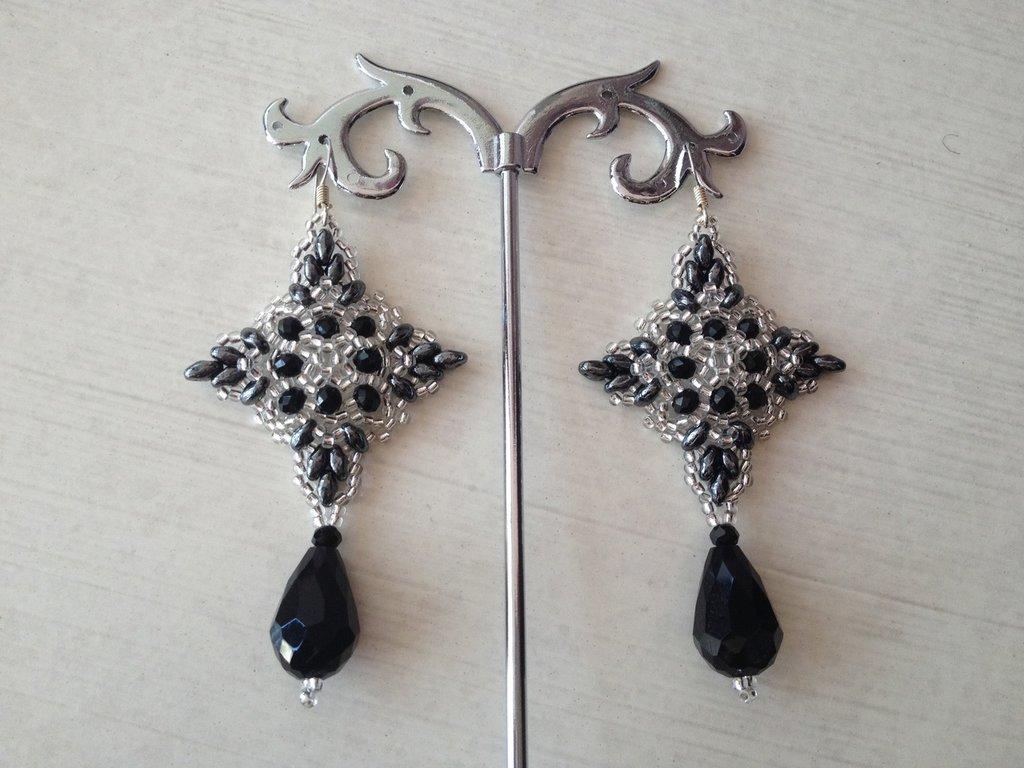 Orecchini realizzati a mano con cristalli,perline e goccia finale