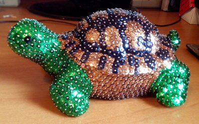 Tartaruga grande con guscio a macchie irregolari