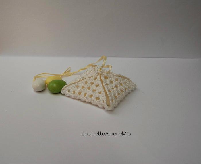 Bomboniera sacchettino portaconfetti ad uncinetto a forma di fagotto - per matrimonio, nascita, battesimo, comunione