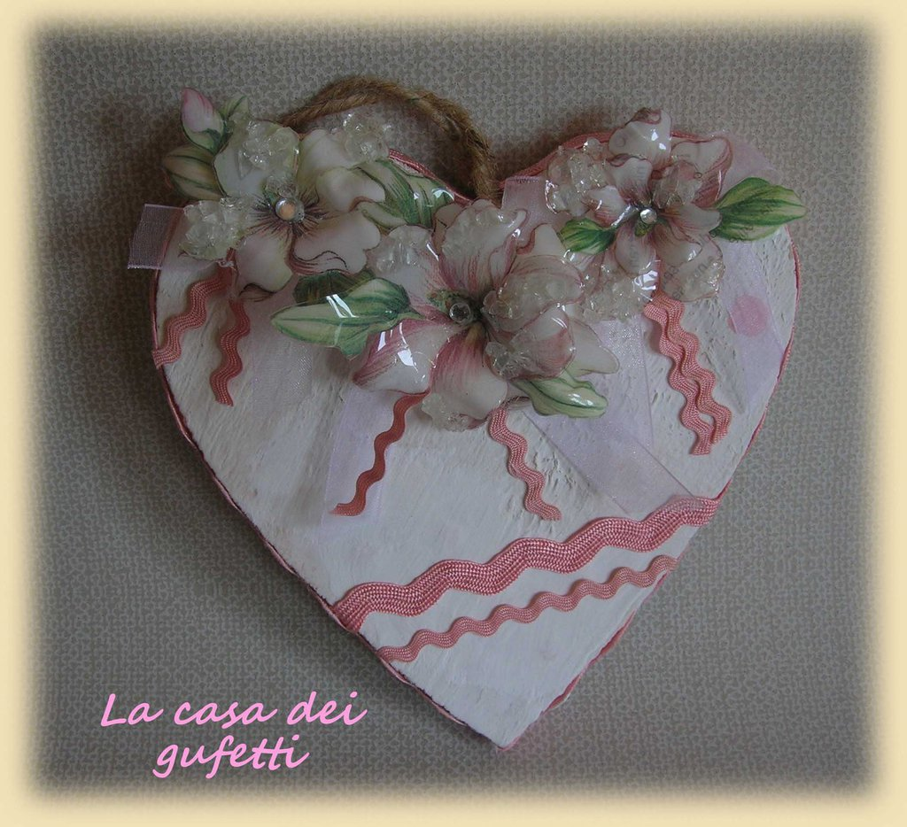 Cuore in legno stile shabby chic con fiori bianchi e rosa realizzati con la tecnica del sospeso trasparente