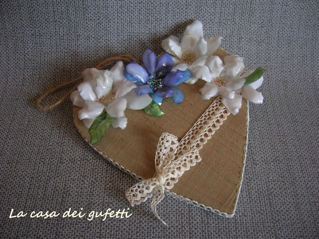 Cuore in legno stile shabby chic con fiori bianchi e azzurri realizzati con la tecnica del sospeso trasparente