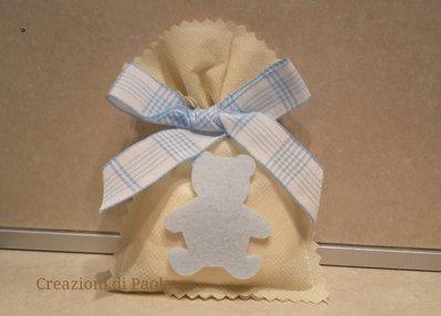 Sacchetto bomboniera panna con orsetto azzurro