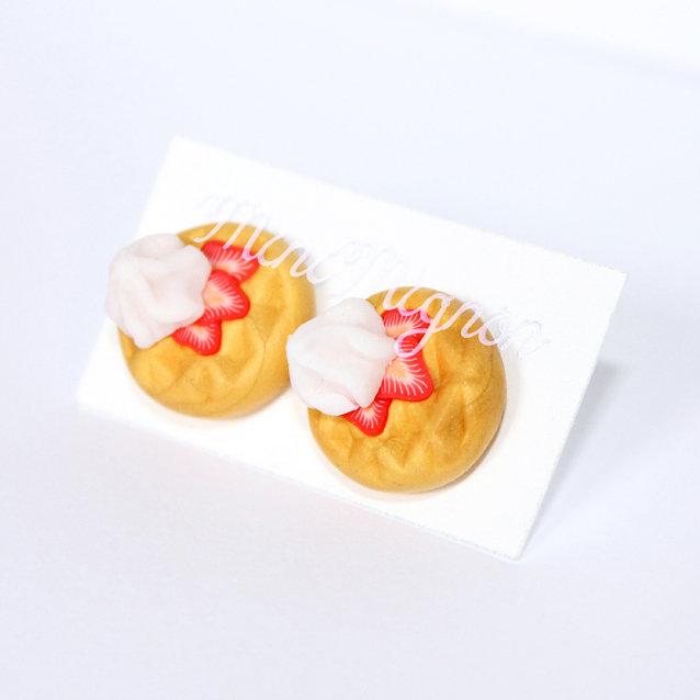 Orecchini lobo Pancakes dorati con Panna Montata e Fragole