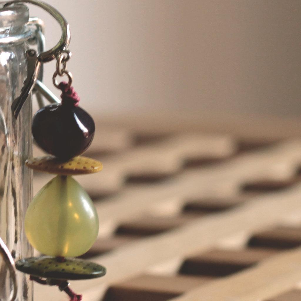 O1.15 - orecchini pendenti verdi con bottoni e perle in resina - Linea 'Le marionette della felicità'