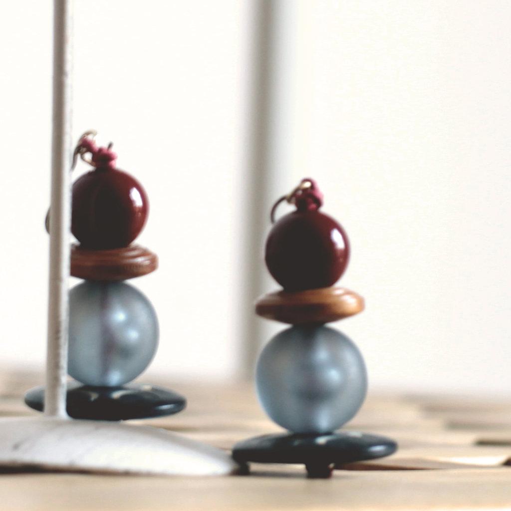 O2.15 - orecchini pendenti azzurri con bottoni vintage - linea 'Le marionette della felicità'