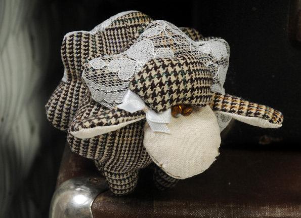 pecorella di lana e pizzo in stile vintage