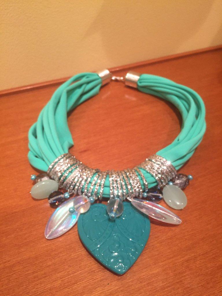 comprare popolare 2a4f9 140eb Collana in lycra verde Tiffany con pendenti