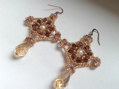orecchini fatti a mano in tessitura di perline con goccia sfaccettata pendente