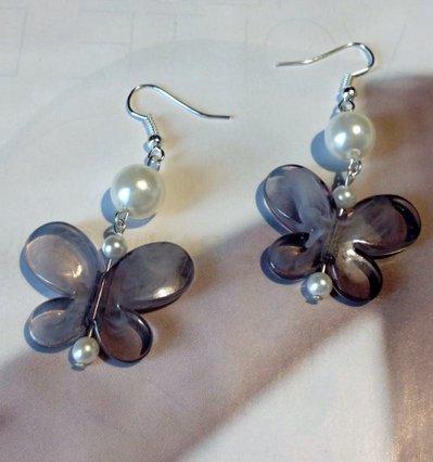 Orecchino con farfalla grigia e perle