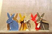 Coniglietti in legno verniciati vari colori.