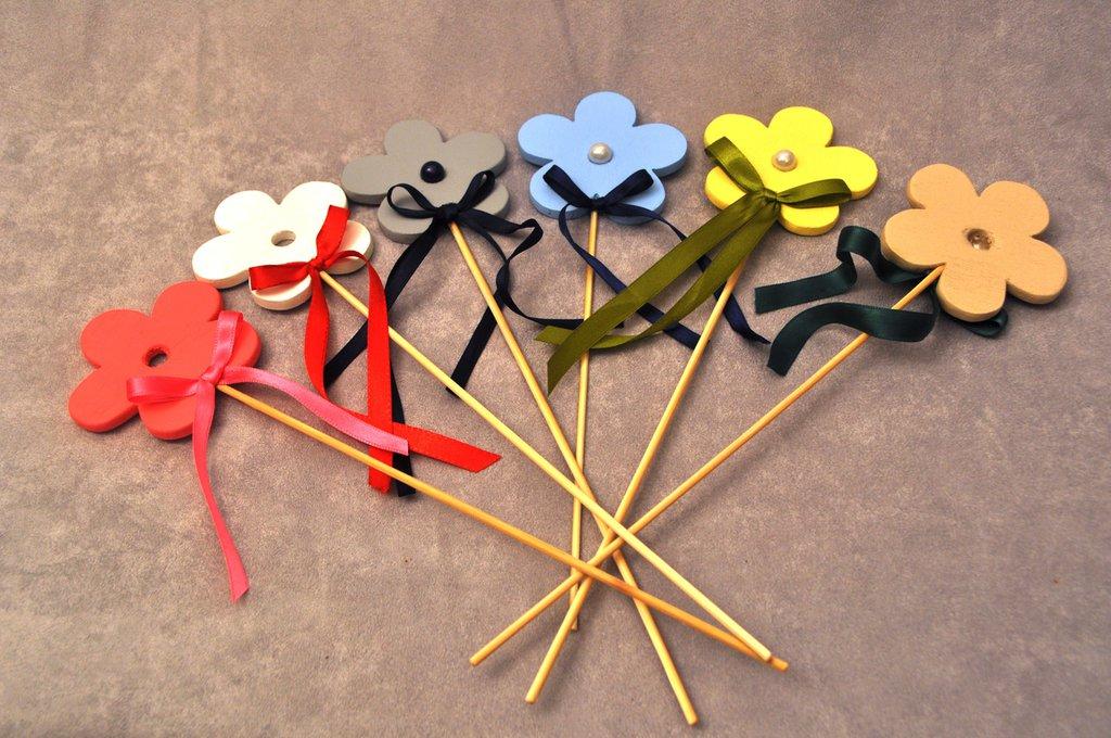 Fiori e cuori in legno verniciati vari colori.