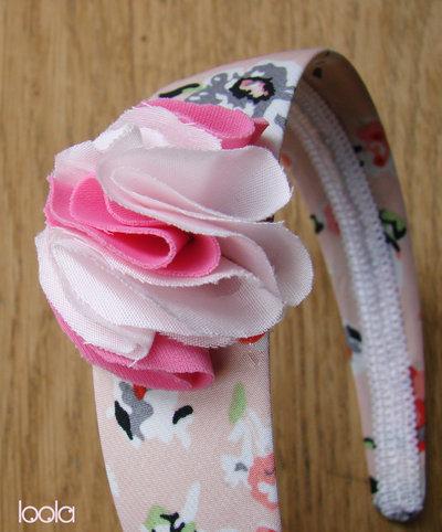 Cerchietto con fiori in stoffa base rosa