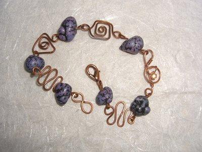 Bracciale di filo di rame pietre dure viola e cristallo