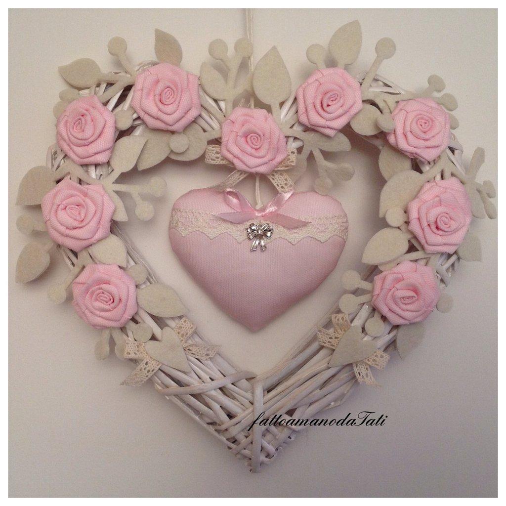 Cuore/fiocco nascita in vimini con rose e cuore di piquet rosa