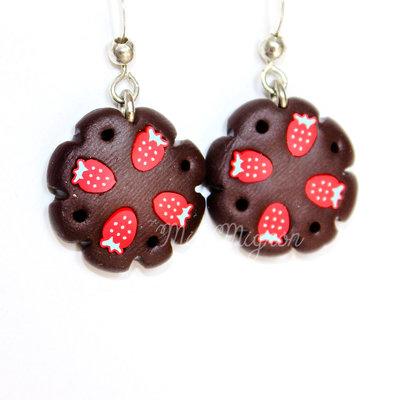 Orecchini pendenti con dolci al cioccolato e fragole